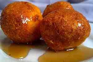 Buñuelos de yuca con miel